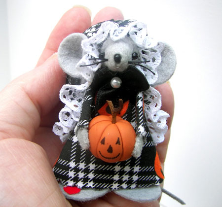 Pumpkin Carver Felted Mouse Figurine